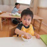 【0歳児】ひよこ組 食事の様子です。